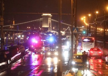 Budapest, si rovescia una barca con decine di turisti sul Danubio. Soccorritori al lavoro