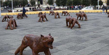 Napoli, il gran successo dei lupi: resta fino a fine maggio l'opera di Liu Ruowang